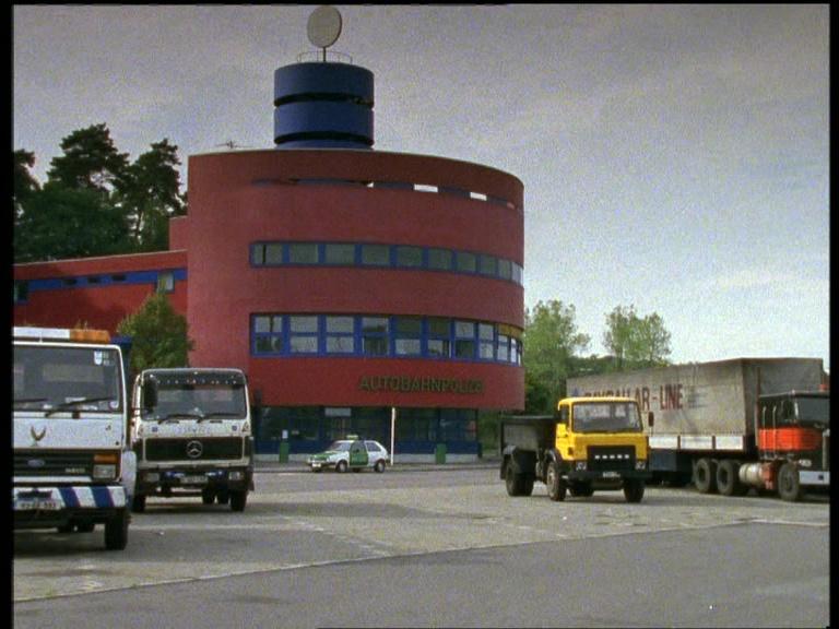 Comisaría de la Brigada de Carreteras. Foto: Episodio 1x03 justo después de la Cabecera (DVD).